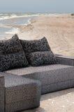 Sofá na praia do mar Imagens de Stock