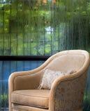 Sofá no dia molhado Foto de Stock Royalty Free