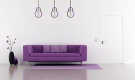 Sofá púrpura en un salón blanco minimalista Imágenes de archivo libres de regalías