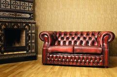 Sofá perto da chaminé Imagem de Stock Royalty Free
