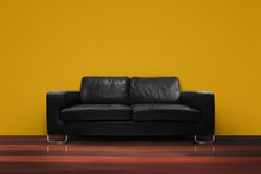 Sofá preto com a parede de madeira do amarelo do assoalho Imagens de Stock Royalty Free
