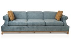 Sofá projetado retro acolhedor de três assentos com tela da cor de turquesa e descansos amarelos no fundo branco Fotos de Stock