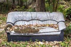 Sofá quebrado, sofá del abandono Foto de archivo libre de regalías