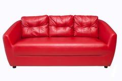 Sofá rojo aislado en blanco foto de archivo