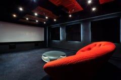 Sofá rojo cómodo en interior fotografía de archivo