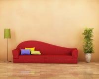 Sofá rojo con el entarimado, la lámpara, la planta y los amortiguadores Imagen de archivo libre de regalías