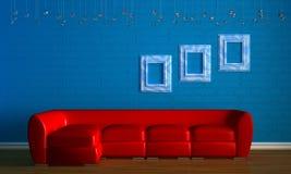Sofá rojo con los marcos empry Fotos de archivo libres de regalías