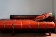 Sofá rojo de cuero Imágenes de archivo libres de regalías