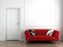 Sofá rojo en la pared interior blanca Fotografía de archivo