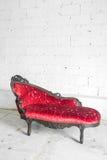 Sofá rojo moderno Foto de archivo libre de regalías