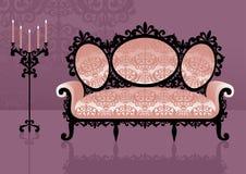 Sofá rosado en un interior Imagen de archivo libre de regalías