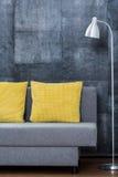 Sofá simples com descansos amarelos fotos de stock royalty free