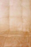 Sofá sucio del cuero blanco Imagen de archivo libre de regalías