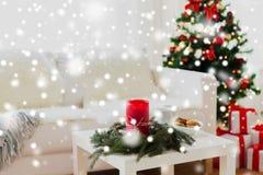Sofá, tabla y árbol de navidad con los regalos en casa Foto de archivo