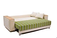 Sofá verde-bege moderno isolado no branco Foto de Stock