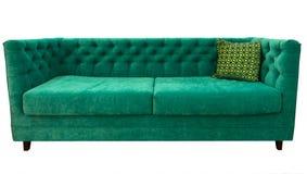 Sofá verde con la almohada Sofá esmeralda suave Diván clásico en fondo aislado Foto de archivo libre de regalías