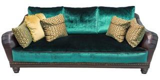 Sofá verde con la almohada Sofá esmeralda suave Diván clásico en fondo aislado Sofá de la tela del cuero del velor del terciopelo Fotografía de archivo