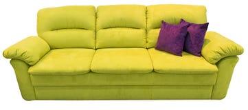 Sofá verde de la cal con la almohada Sofá suave del limón Diván clásico del pistacho en fondo aislado Tela del cuero del amarillo Imágenes de archivo libres de regalías