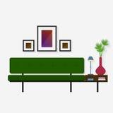 Sofá verde moderno con un estante conveniente para los libros Fotografía de archivo