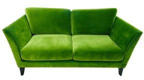 Sofá verde Sofá suave de la tela del terciopelo Diván moderno clásico en fondo aislado foto de archivo