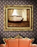 Sofá vermelho com frame de retrato Fotografia de Stock