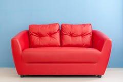 Sofá vermelho em um quarto Imagens de Stock Royalty Free