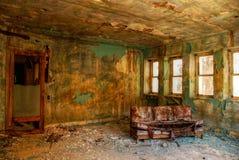 Sofá viejo abandonado Imagen de archivo libre de regalías