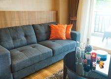 Sofá y almohada anaranjada Fotos de archivo
