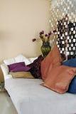 Sofá y almohadillas Foto de archivo libre de regalías