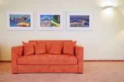 Sofá y cuadros Fotografía de archivo libre de regalías