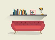 Sofá y estante de librería rojos retros con la lámpara stock de ilustración