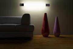 Sofá y florero en un cuarto oscuro Foto de archivo libre de regalías