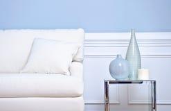 Sofá y floreros blancos Fotos de archivo libres de regalías