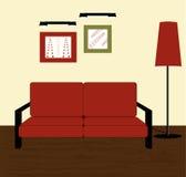 Sofá y lámpara de suelo rojos Foto de archivo