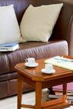 Sofá y mesa de centro Fotografía de archivo libre de regalías