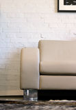 Sofá y pared de ladrillo de cuero fotografía de archivo libre de regalías