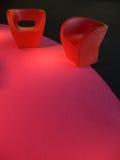 Sofás plásticos del diseño en la alfombra magenta imagen de archivo