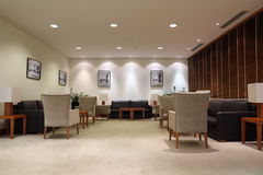 Sofás, poltronas e tabelas de couro no escritório Foto de Stock Royalty Free