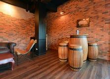 Sofás retros na sala de visitas com a decoração no apartamento, st do sótão Fotos de Stock Royalty Free