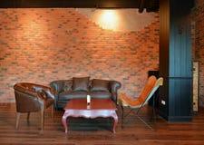 Sofás retros na sala de visitas com a decoração no apartamento, st do sótão Imagens de Stock