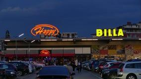 SOFÍA, BULGARIA - 25 DE ABRIL DE 2018: Cadena de supermercados de Billa Restaurante feliz del bar y grill Gente y coches en el es almacen de metraje de vídeo