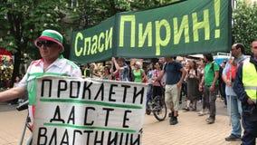 Sofía, Bulgaria - 26 de abril de 2018: Los ecologistas protestan contra la extensión de la estación de esquí en el parque naciona almacen de video