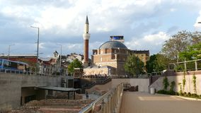 Sofía, Bulgaria - 24 de abril de 2018: Mezquita de Banya Bashi y ruinas de Serdica antiguo en Sofía, Bulgaria almacen de metraje de vídeo