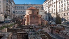 SOFÍA, BULGARIA - 20 DE DICIEMBRE DE 2016: El St George Rotunda del siglo IV, detrás de algunos restos de Serdica, Sofía imagen de archivo