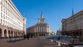SOFÍA, BULGARIA - 20 DE DICIEMBRE DE 2016: Edificios del Consejo de Ministros y de la casa anterior del Partido Comunista en Sofí Imagen de archivo libre de regalías
