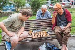 SOFÍA, BULGARIA - 15 DE JULIO DE 2017: Los hombres no identificados juegan a ajedrez en el jardín del teatro nacional Foto de archivo
