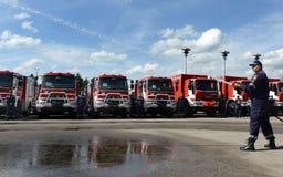 Sofía, Bulgaria - 9 de junio de 2015: Los nuevos coches de bomberos se presentan a sus bomberos Imagen de archivo libre de regalías