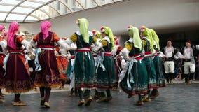 SOFÍA, BULGARIA - 7 DE MAYO DE 2018: La gente en trajes tradicionales baila horo búlgaro en Sofía, Bulgaria Funcionamiento libre almacen de metraje de vídeo