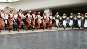 SOFÍA, BULGARIA - 7 DE MAYO DE 2018: La gente en trajes tradicionales baila horo búlgaro en Sofía, Bulgaria Funcionamiento libre metrajes