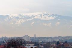 Sofía, Bulgaria, el 2 de febrero de 2018 - niebla con humo sobre la ciudad Fotos de archivo